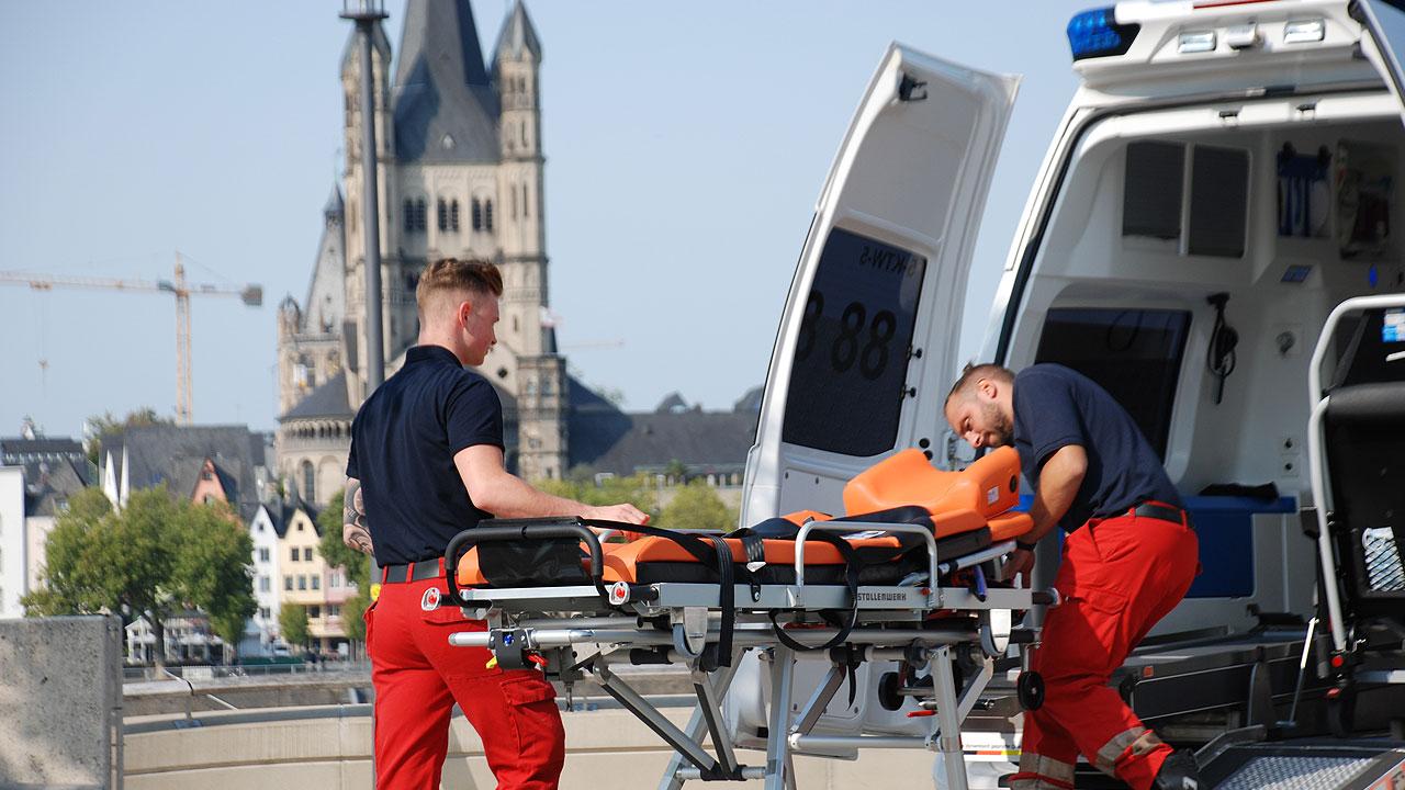 Foto Krankenwagen am Rhein offen Trage Crew